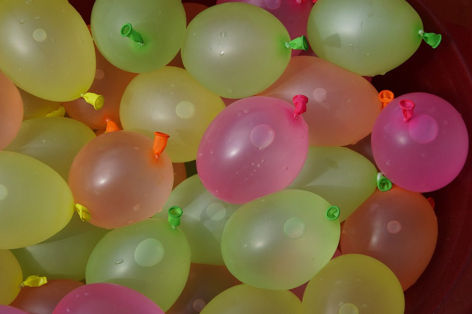 10 fun balloon games for kids finding sanity in our for Fun things to do with water balloons