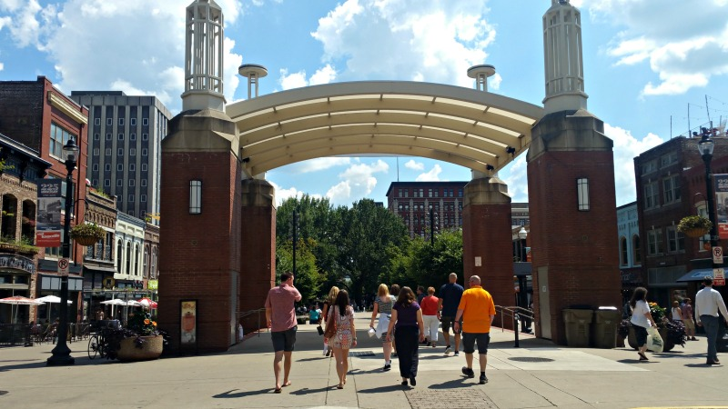 walking-thru-market-square-during-the-knoxville-food-tour