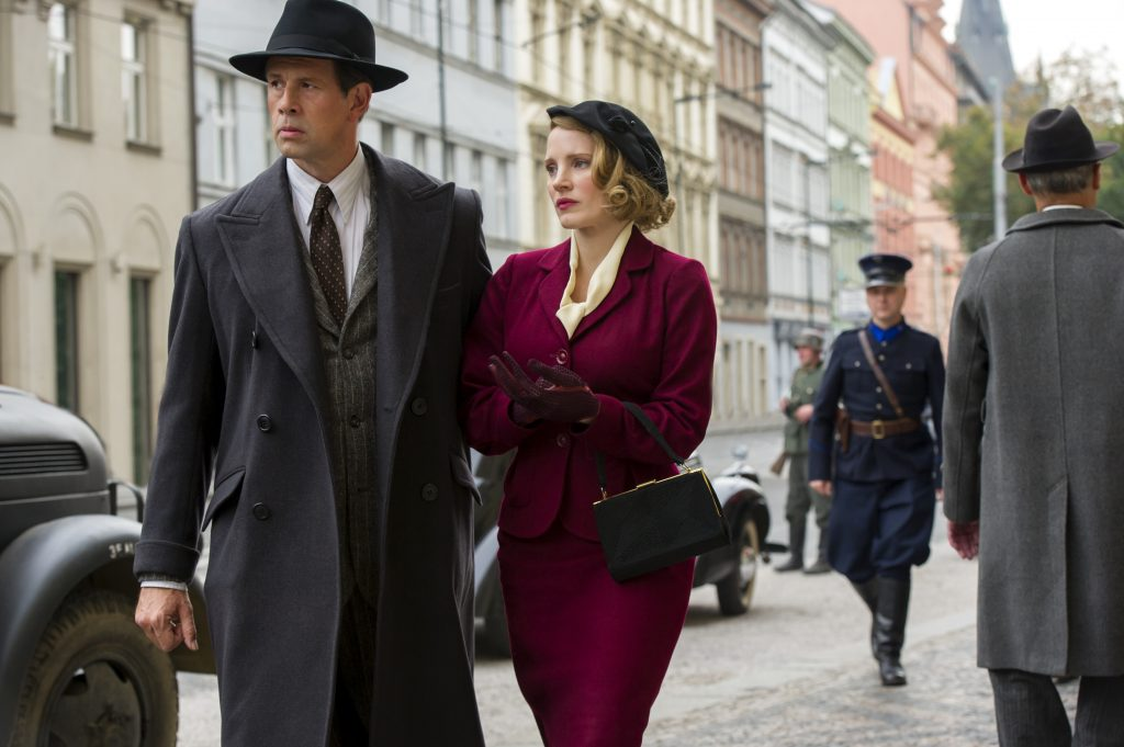 4101_D005_02391_R (l-r) Johan Heldenbergh and Jessica Chastain star as Jan and Antonina Zabinski in director Niki Caro's THE ZOOKEEPER'S WIFE, a Focus Features release. Credit: Anne Marie Fox / Focus Features